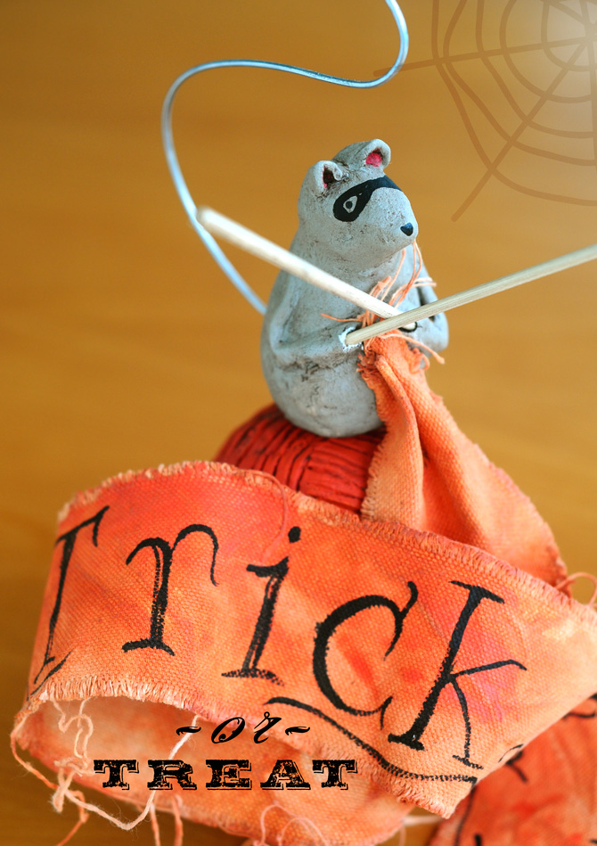 Trick-or-treat-mouse-sculpture-670-px