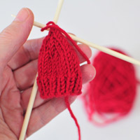 Knitted-beanie-on-kneedles