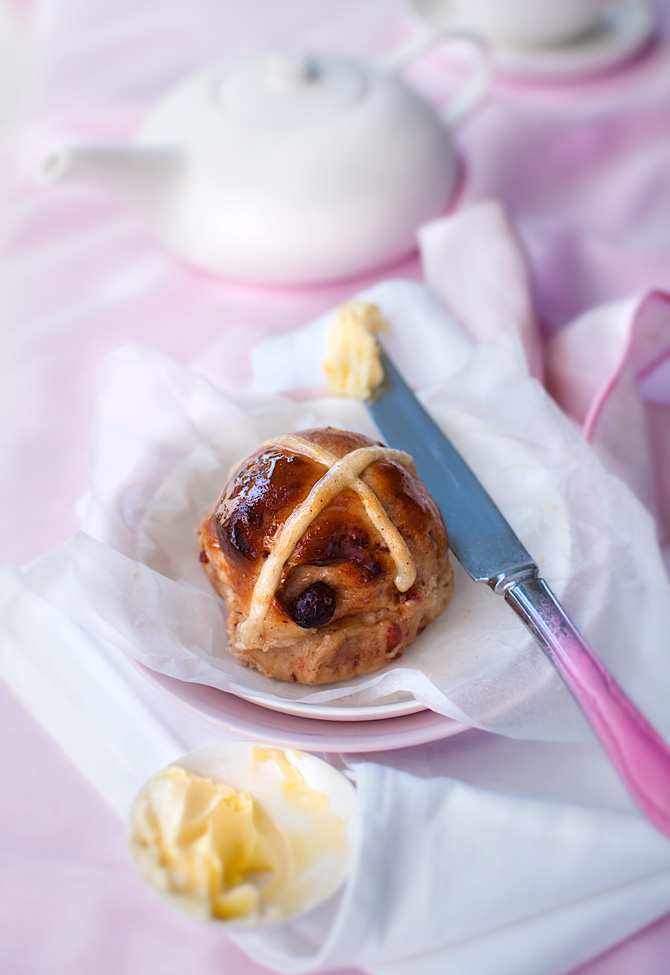 Hot-Cross-Buns-with-tea