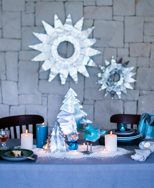 Table-setting-with-metallic-christmas-trees