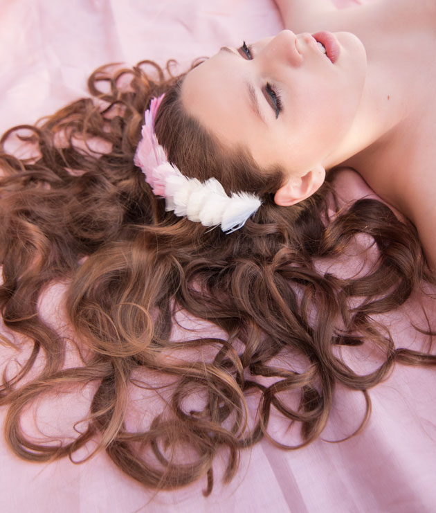 Lusciuos-curls-with-ombre-feather-headband